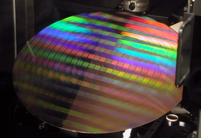 Báo cáo mới cho thấy Intel sắp đòi lại ngôi đầu từ tay Samsung trên thị trường bán dẫn - Ảnh 1.