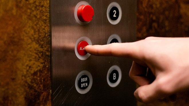 Kết quả hình ảnh cho bấm điện thoại khi đi thang máy